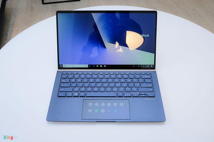 Ở thế hệ Zenbook mới này, Asus mang đến ba phiên bản kích thước gồm 13, 14 và 15 inch. Trong đó hai phiên bản màn hình lớn được trang bị màn hình chính cảm ứng.
