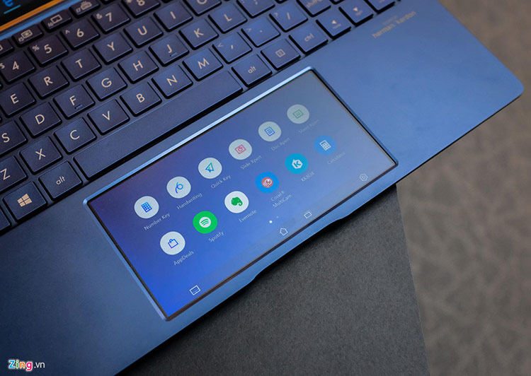 Điểm khiến Zenbook trở nên độc nhất trên thị trường laptop là việc touchpad của model laptop này trang bị một màn hình cảm Full HD 5,6 inch ứng đa tác vụ. Asus gọi đây là ScreenPad 2.0. Trước đó, năm 2018, Asus cũng mang ScreenPad lên Zenbook Pro, mẫu laptop cao cấp của hãng nhưng chưa thật sự tạo nên dấu ấn.