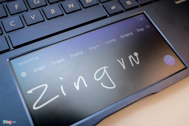 New Zenbook tích hợp tính năng viết tay. Tuy vậy, việc viết tay rồi chọn chữ để nhập không mấy hiệu quả so với bàn phím vật lý thông thường. Bên cạnh đó, Asus cho biết các bên phát triển ứng dụng bên thứ ba có thể sử dụng API của hãng để mang các ứng dụng hữu ích bổ sung vào hệ sinh thái của Zenbook.
