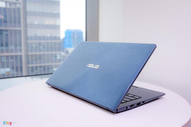 Về cấu hình, New Zenbook được cung cấp hai lựa chọn chip gồm Intel Core i7 và i5 8565U. Bên cạnh đó, model này được trang bị RAM 8 GB hoặc 16 GB tốc độ 2.133 MHz, bộ nhớ trong 1 TB dùng ổ SSD chuẩn PCIe 3.0 x 4 SSD hoặc 512 GB/256 GB chuẩn PCIe 3.0 x 2 SSD. Tốc độ đọc, ghi cao giúp New Zenbook có thể xử lý dữ liệu tốt hơn, thích hợp cho người dùng doanh nhân.