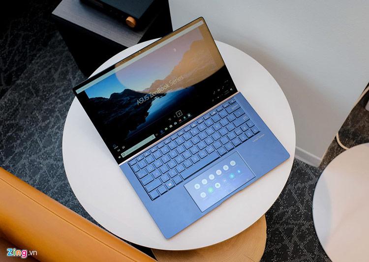 Tại Computex 2019, sự kiện công nghệ về máy tính và thiết bị chơi game lớn nhất thế giới tổ chức hàng năm tại Đài Loan, Asus ra mắt Zenbook mới với cải tiến lớn nhất là phần touchpad có màn hình cảm ứng hoạt động ổn định, đa tác vụ và mượt mà.