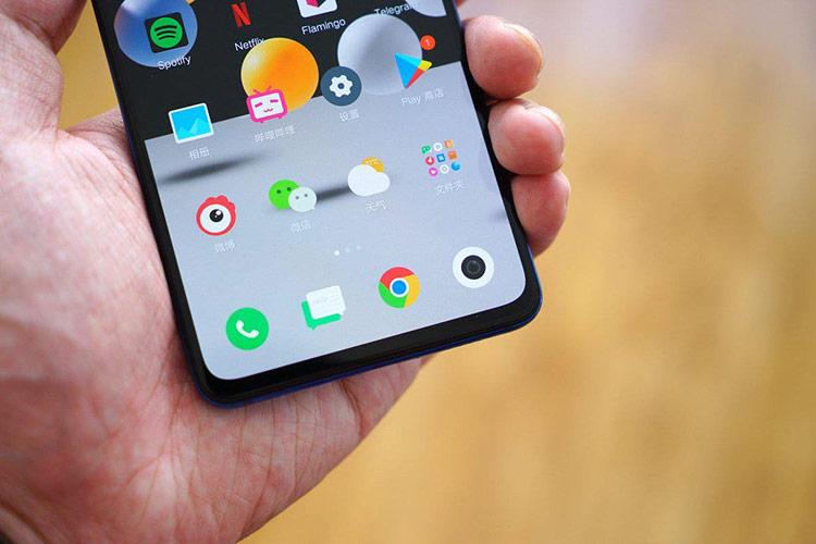 """Màn hình của máy có kích thước 6,39 inch, độ phân giải Full HD+, sử dụng tấm nền AMOLED. Diện tích hiển thị đạt 91,9% mặt trước, tuy nhiên phần """"cằm"""" vẫn tương đối dày so với các cạnh còn lại. Theo Android Central, màn hình này có độ sáng 600 nit, màu sắc rực rỡ, sống động."""