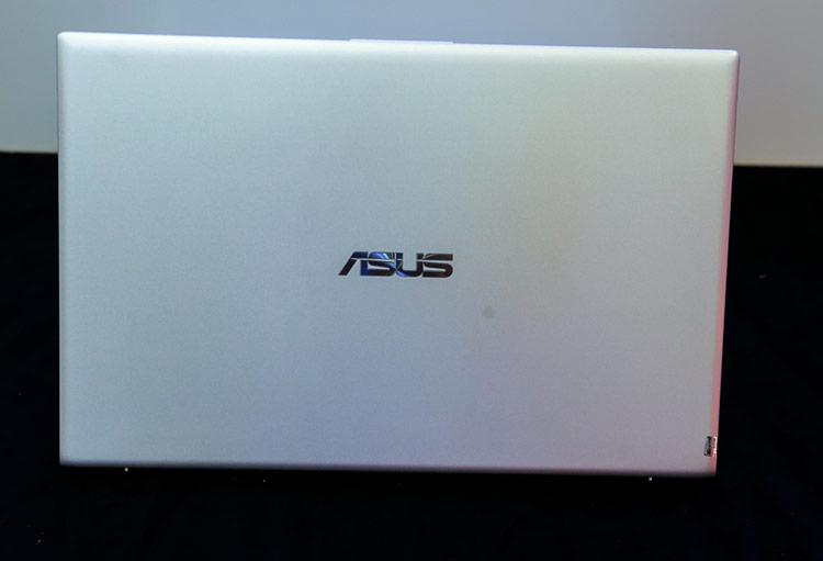 Do thuộc dòng sản phẩm phổ thông nên vỏ máy được làm bằng nhựa. Bù lại, đây là mẫu laptop phổ thông có nhiều màu nổi bật, khi có 4 màu tại thị trường Việt Nam, gồm: Bạc ánh trăng, Xám tinh tú, Xanh khổng tước và Cam san hô. Hiện các model trong phân khúc này chủ yếu sử dụng các màu quen thuộc là bạc, vàng hoặc đen.