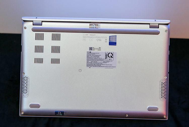 VivoBook có khả năng nâng cấp dễ dàng về sau với 1 khe RAM DDR4 trống, nâng dung lượng RAM tối đa mà máy hỗ trợ lên đến 16GB; 1 cổng SATA 3 đối với phiên bản sử dụng SSD PCI-Express hoặc 1 khe M2 nVME đối với phiên bản sử dụng ổ cứng thường.