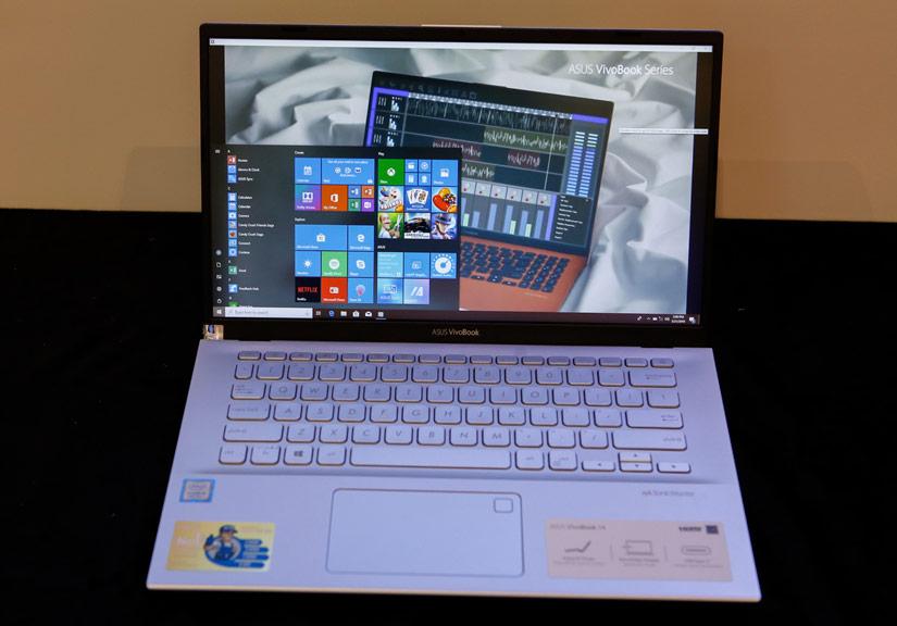 Vivobook bao gồm hai model A412 và A512 với màn hình kích thước lần lượt là 14 và 15 inch. Asus sử dụng thiết kế viền màn hình mỏng NanoEdge áp dụng trên toàn bộ 4 cạnh màn hình, giúp tăng tối đa diện tích khu vực hiển thị lên đến 88% so với thân máy. Tuy vậy, trải nghiệm thực tế góc nhìn cũng như độ sáng của màn hình chưa thực sự tốt.