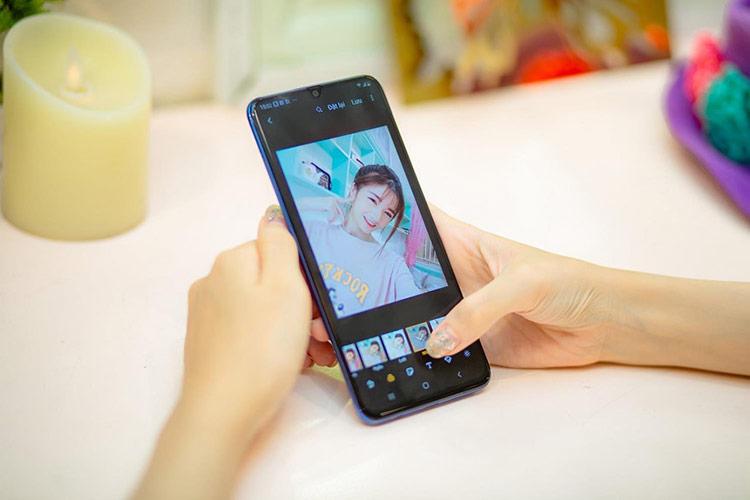 Tạo thêm phím chụp ảnh ảo giúp bạn chụp selfie chuẩn hơn, thao tác thuận tiện hơn.