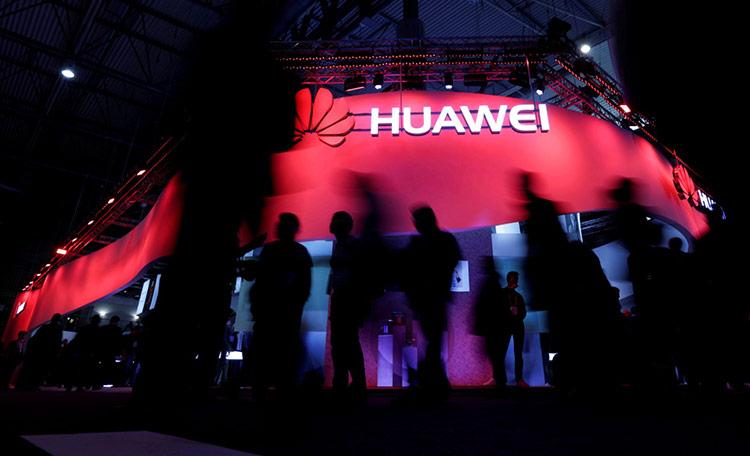 Google có thể cấm Huawei sử dụng các dịch vụ như Google Play, Android, Gmail... Ảnh: Reuters.