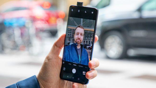 """Camera selfie của OnePlus 7 Pro có độ phân giải 16 MP. Theo OnePlus, camera selfie này có """"tuổi thọ"""" hơn 300.000 lần trượt. Ngoài ra, camera cũng được trang bị các cảm biến, khi người dùng đang selfie và vô tình làm rơi máy, camera sẽ tự động trượt xuống để tránh bị hư hỏng."""