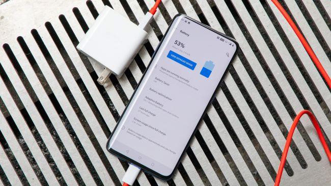 Cấu hình của OnePlus 7 Pro bao gồm chip Snapdragon 855, RAM tùy chọn 6/8/12 GB tương ứng với bộ nhớ trong 128 GB và 256 GB. Model này được trang bị viên pin có dung lượng 4.000 mAh và tích hợp công nghệ sạc nhanh Warp Charge 30 W.