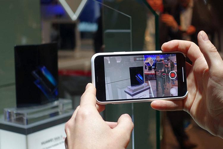 Điện thoại của hãng Huawei được trưng bày tại Hội nghị di động thế giới ở Barcelona, Tây Ban Nha, ngày 25/2/2019.