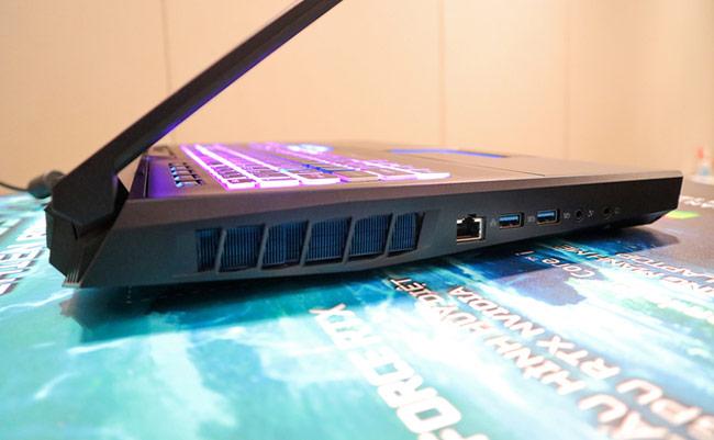 Cạnh trái cũng có mặt của khe tản nhiệt lớn, hai cổng USB 3.0, cổng LAN cùng hai cổng cắm tai nghe 3,5mm