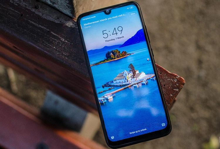 Xiaomi Redmi 7 (giá 3,7 triệu đồng) - Model này được lên kệ tại Việt Nam vào cuối tháng 3. Máy được trang bị màn hình IPS LCD 6,26 inch. Cấu hình của thiết bị bao gồm chip Snapdragon 632, RAM 3 GB và bộ nhớ trong 32 GB. Model này có camera kép 12 và 2 MP, trong khi camera selfie 8 MP, viên pin 4.000 mAh.