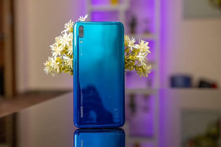 Huawei Y7 Pro 2019 (4 triệu đồng) - Model này có thiết kế màn hình khuyết đỉnh nhỏ gọn với mặt lưng được hoàn thiện từ nhựa giả kính. Máy sở hữu chip Snapdragon 450, RAM 3 GB, bộ nhớ trong 32 GB và pin 4.000 mAh. Thiết bị sẽ phù hợp với người dùng chơi những tựa game nhẹ nhàng. Hạn chế trên mẫu máy này là màn hình chỉ có độ phân giải HD+, không thực sự sắc nét, màu sắc nhạt.