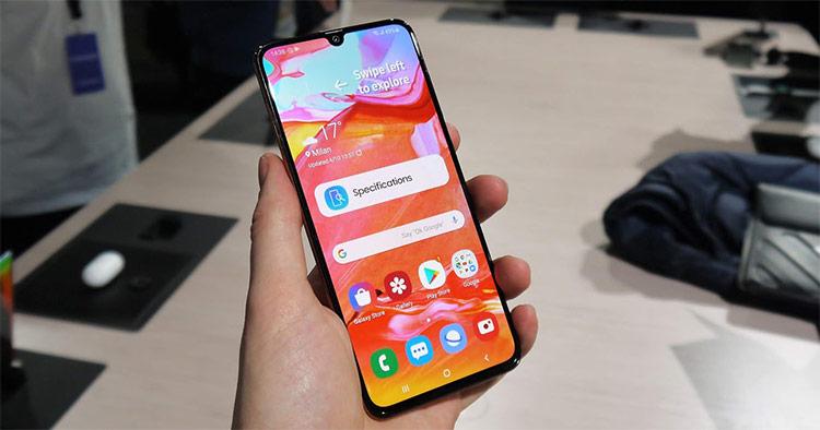 Hình Galaxy A70 cận màn hình với tỉ lệ hiển thị hơn 93%