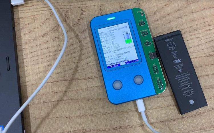 JC-B1 có thể thay đổi thông tin pin iPhone cũ thành mới. Ảnh: Quang Thái.