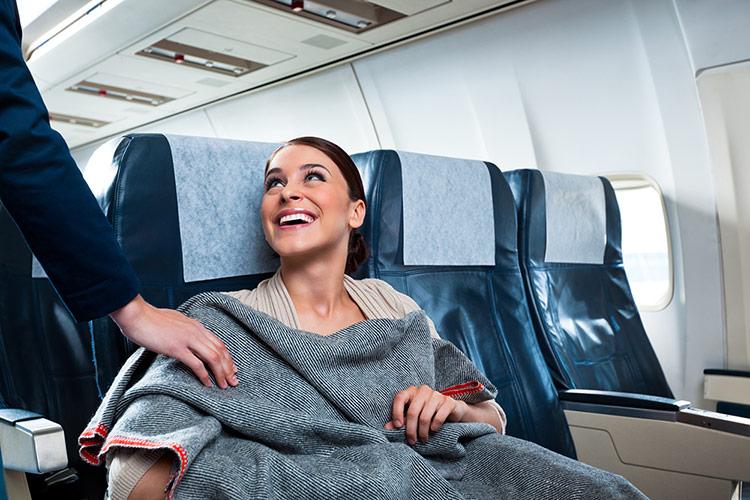 Những chiếc áo khoác hoặc tấm chăn mỏng sẽ giúp bạn không bi lạnh khi đi máy bay.
