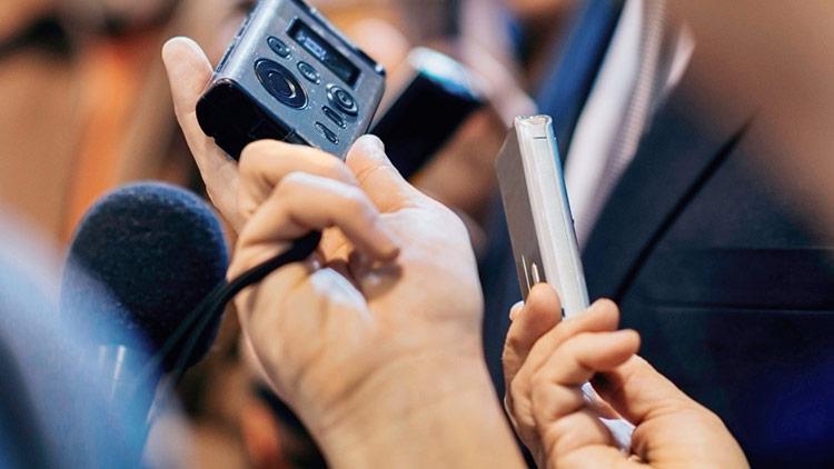 bạn có thể thực hiện cuộc gọi, mở loa ngoài và ghi âm lại bằng một thiết bị khác.