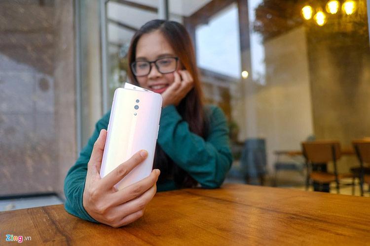 Sau gần một tháng ra mắt tại Việt Nam, Reno được bổ sung thêm phiên bản màu hồng, phù hợp với người dùng nữ. Phần mặt lưng máy có thể thay đổi màu sắc, đậm nhạt theo từng góc độ ánh sáng khác nhau.