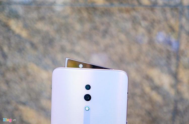 """Camera trượt dạng """"vây cá mập"""" của máy được làm màu hồng, tạo cảm giác đồng bộ và đẹp mắt. Camera này cho tốc độ trượt khoảng 0,8 giây, giúp người dùng có thể nhanh chóng mở khóa khuôn mặt hay selfie."""