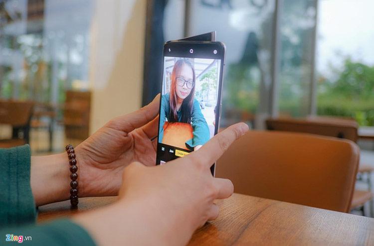 Bên cạnh đó, camera này còn được tích hợp công nghệ AI, có thể nhận biết được giới tính, độ tuổi của người chụp, từ đó điều chỉnh màu da, ánh sáng … cho phù hợp với từng đối tượng.