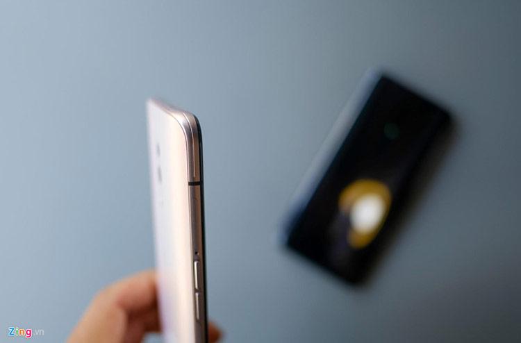 Oppo còn chăm chút cho sản phẩm này bằng các đường kẻ hình sợi chỉ nhỏ chạy dọc phần khung kim loại, mang đến cảm giác cao cấp. Nhìn chung, màu hồng trên Oppo Reno cho cảm giác tươi mới và sang trọng hơn so với các phiên bản khác.