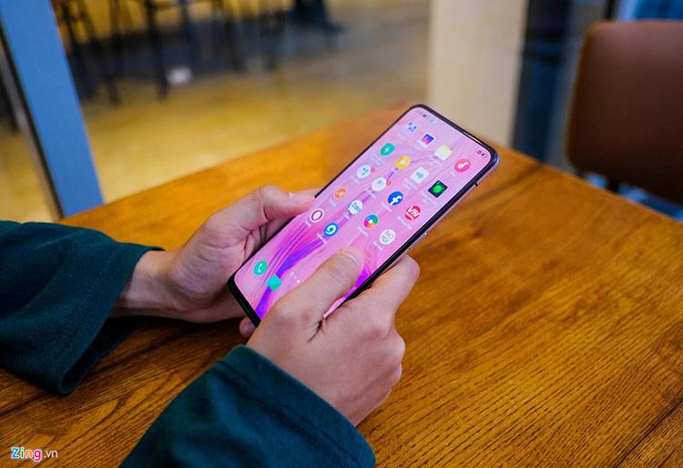 Phần viền ở mặt trước của máy được làm màu đen kết hợp với mặt lưng màu hồng. Model này sở hữu màn hình tràn viền 6,4 inch, Full HD+, chiếm 93,1% tỷ lệ thân máy và được bảo vệ bởi kính cường lực Gorilla Glass 6.