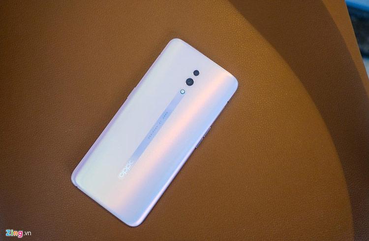 """Sau F11 và F11 Pro, Reno là sản phẩm chủ lực tiếp theo của Oppo tại thị trường Việt Nam. Smartphone này thu hút người dùng nhờ thiết kế camera ẩn dạng """"vây cá mập"""", màn hình tràn viền và công nghệ sạc nhanh."""