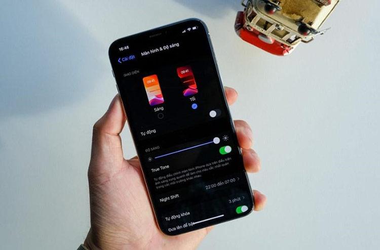 iOS 13 thu hút người dùng bởi tính năng Dark mode.