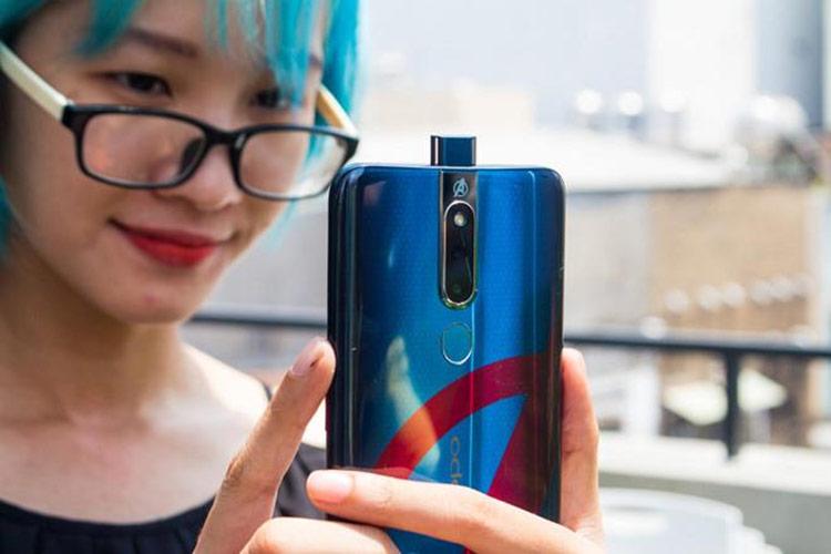 Oppo F11 Pro lên kệ tại Việt Nam vào đầu tháng 4/2019 với giá 8,5 triệu đồng. Model này có camera selfie 16 MP được đặt ẩn dưới đỉnh máy