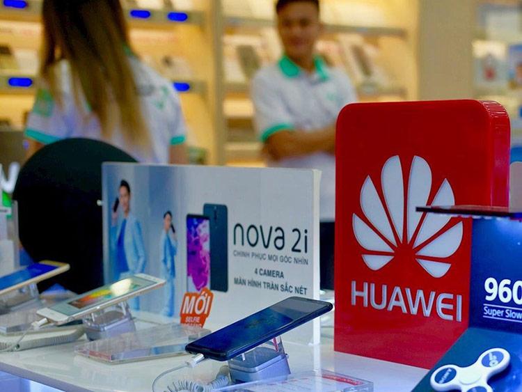Nhiều chuyên gia nhận định Huawei sẽ khó khăn hơn trong việc cạnh tranh với Apple và Samsung sau lệnh cấm vận. Ảnh: H.Đ.