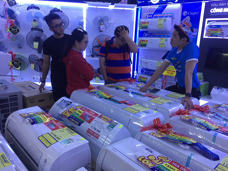 """Người tiêu dùng """"hoa mắt"""" với giữa hàng trăm loại máy lạnh inverter hiện có trên thị trường"""