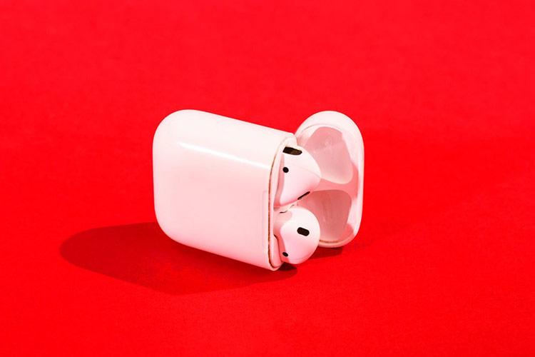 Tai nghe AirPods dễ dàng nằm gọn trong hộp nhờ vào thiết kế hình phễu và nam châm. Ảnh:  Business Insider.