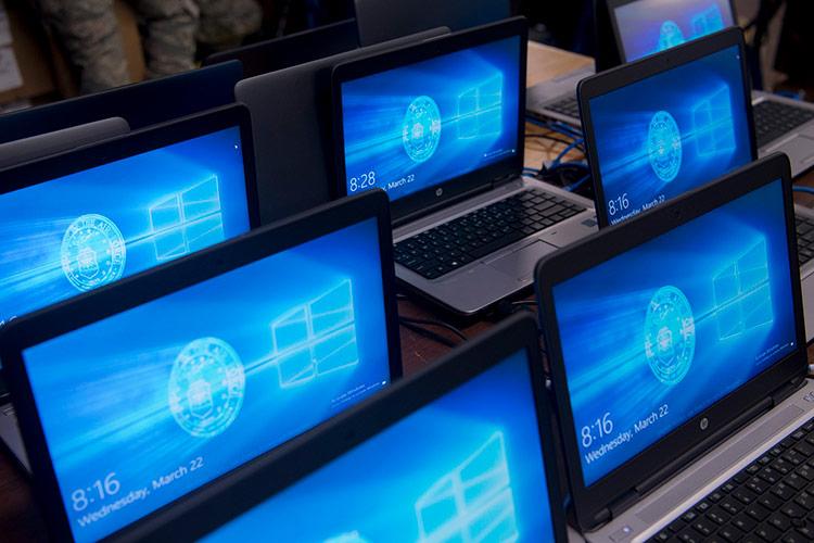 Người dùng Windows 10 liên tục bị cảnh báo về những lỗ hổng trên hệ điều hành này vài tuần gần đây. Ảnh: Steve Kotecki.