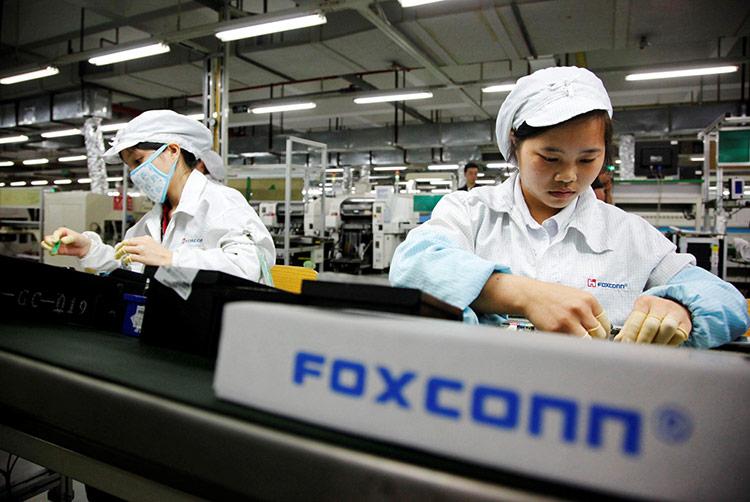 Đối tác Apple loay hoay tìm cách đưa dây truyền sản xuất ra khỏi Trung Quốc - Cuối tháng 4, Terry Gou, Chủ tịch của Foxconn Technology Group cho biết công ty sẽ sản xuất hàng loạt iPhone tại Ấn Độ trong năm nay nhằm tránh sự phụ thuộc vào các nhà máy tại Trung Quốc.