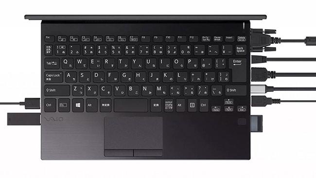 Tuy kích thước chỉ bằng MacBook 12 inch nhưng VAIO SX12 có số cổng kết nối nhiều hơn đến 8 lần. Ảnh: The Verge.