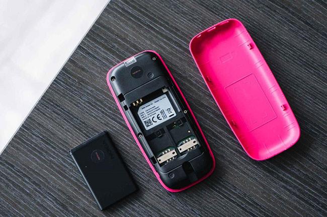 Ở phía dưới của máy có một khe nhỏ, người dùng có thể dễ dàng mở nắp ra để lắp SIM, thẻ nhớ và pin.