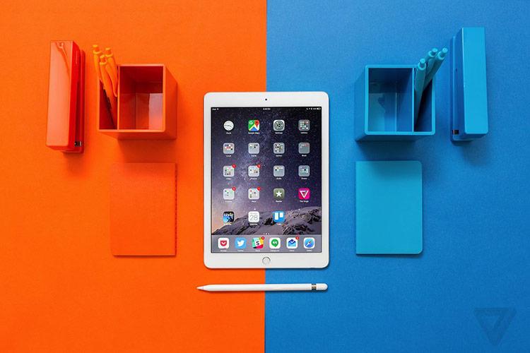 iPad 9,7 inch đang là dòng iPad cơ bản nhất, giá bán rẻ nhất của Apple. Ảnh: The Verge.