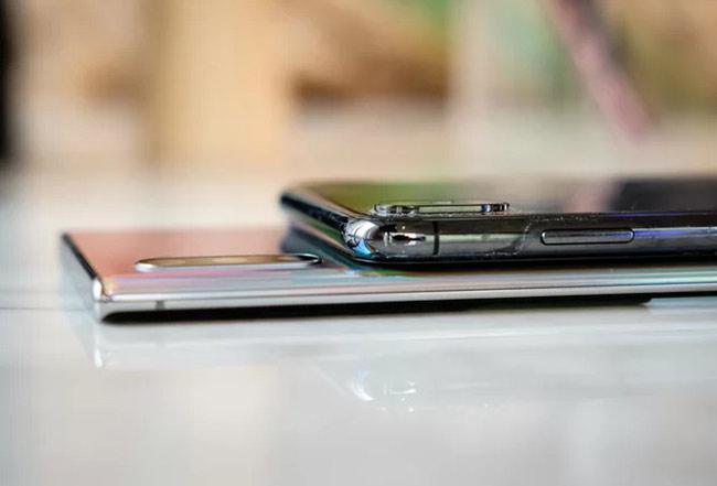 Cụm camera cùng đặt dọc, nhưng sản phẩm của Samsung được làm mỏng hơn hẳn so với iPhone XS và XS Max.