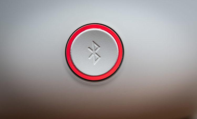 Bặt Bluetooth tiềm ẩn nhiều rủi ro bảo mật. Ảnh: Mashable.