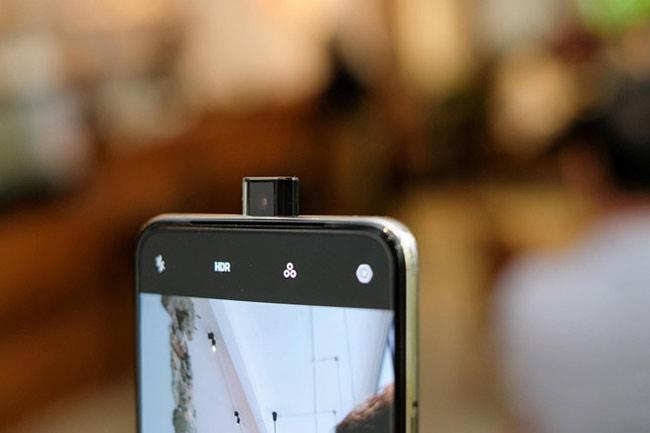 Cụm máy ảnh mặt trước thụt thò hiện đại, cụm máy ảnh kép mặt sau có độ phân giải 16 megapixel và khẩu độ f/1.7.