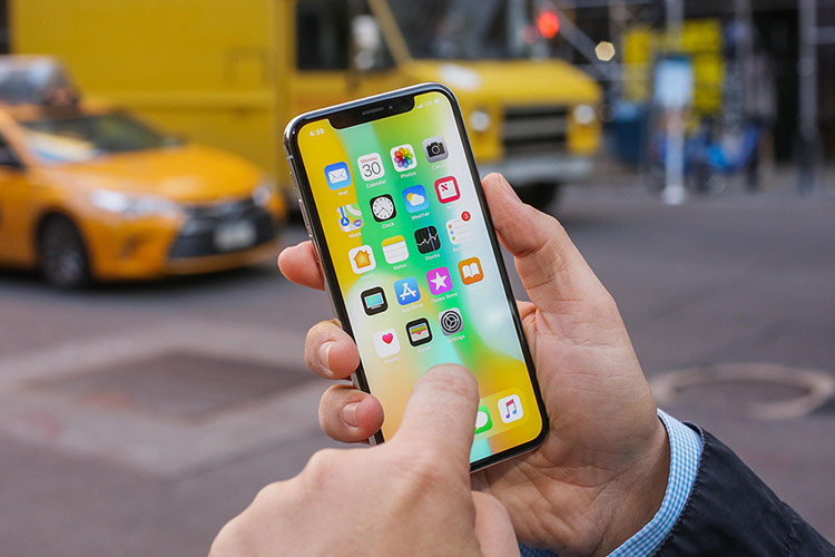 Sau 2 năm, giá bán lại của iPhone X chỉ khoảng 40% so với giá bán năm 2017, theo công ty chuyên làm mới điện thoại Decluttr. Ảnh: Cnet.