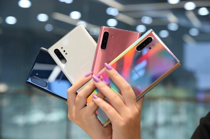 Galaxy Note 10 có nhiều tùy chọn màu sắc hơn. Theo đó, model này có màu đỏ, trắng, hồng, đen và xanh. Galaxy Note10+ không có màu đỏ và hồng.