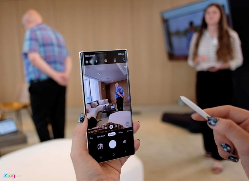 """Những tình năng còn lại của 2 model này đều giống nhau. S Pen trên Galaxy Note10 và Note10+ được bổ sung tính năng điều khiển bằng cử chỉ từ xa. Người dùng có thể hướng đầu bút vào màn hình và """"vẩy"""" bút sang bên trái/phải để chuyển đổi các chế độ chụp, lên/xuống để chuyển sang camera selfie và xoay tròn để zoom. S Pen có trang bị cảm biến gia tốt, con quay hồi chuyển."""