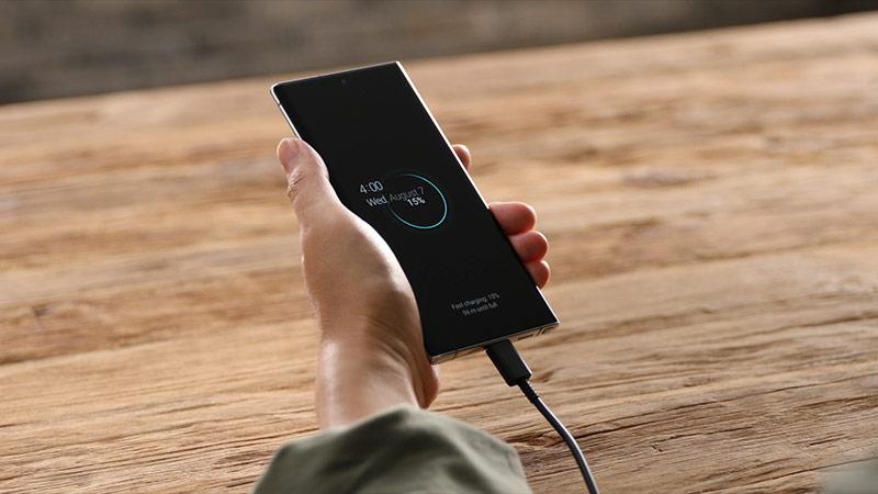 Bên cạnh đó, Galaxy Note 10 hỗ trợ sạc nhanh 25 W, thấp hơn so với con số 45 W trên Galaxy Note10+. Bộ đôi này đều có tính năng sạc ngược không dây cho các phụ kiện như tai nghe Galaxy Buds hay đồng hồ thông minh Galaxy Watch.