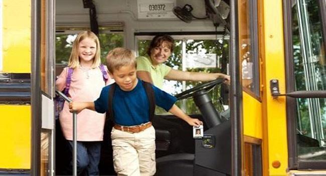 """Về phía học sinh, hiện tại cũng có một số công ty cung cấp giải pháp """"điểm danh"""" trên xe bus bằng thẻ từ."""
