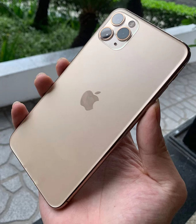 Cũng tông màu vàng nhưng màu trên iPhone 11 Pro và Pro Max trông nhạt hơn ở XS và XS Max.