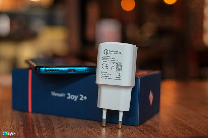 Bên trong hộp, VinSmart cũng trang bị sạc nhanh công suất 18W, tương đương cục sạc mới được Apple trang bị trên iPhone 11 Pro và Pro Max. Đây là trang bị nổi bật so với các đối thủ trong cùng phân khúc. Máy được bán ra với giá 2,99 triệu cho phiên bản RAM 2 GB, và 3,69 triệu cho phiên bản RAM 3 GB. Trong tầm giá này, Joy 2+ có những đối thủ như Redmi7, Realme C2 trên phiên bản 2 GB RAM, và Realme 3, Samsung Galaxy A10s hay Oppo A5s cho bản RAM 3 GB.