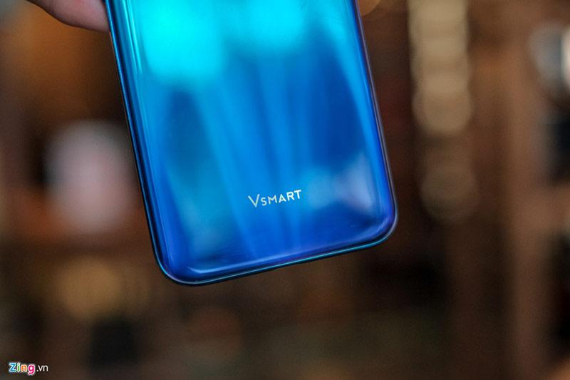 Trong tầm giá dưới 4 triệu, hầu hết smartphone có thiết kế na ná nhau với mặt lưng nhựa, màn hình khuyết kiểu giọt nước. Cấu hình cũng không mấy chênh lệch với chip xử lý tầm thấp (MediaTek Helio P60 hoặc Qualcomm Snapdragon 450), RAM 3 GB, bộ nhớ tối đa 32 GB. Sự khác biệt chủ yếu nằm ở thương hiệu và tính năng như sạc, phiên bản Android. Smartphone của VinSmart thua thiệt về thương hiệu, nhưng nổi bật hơn về tính năng sạc nhanh.