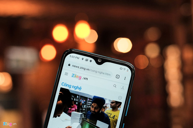 Là phiên bản kế nhiệm của Vsmart Joy+ được ra mắt cuối năm 2018, Joy 2+ có thay đổi về thiết kế với phần khoét màn hình nhỏ hơn, kiểu giọt nước chứ không phải tai thỏ như thế hệ trước.