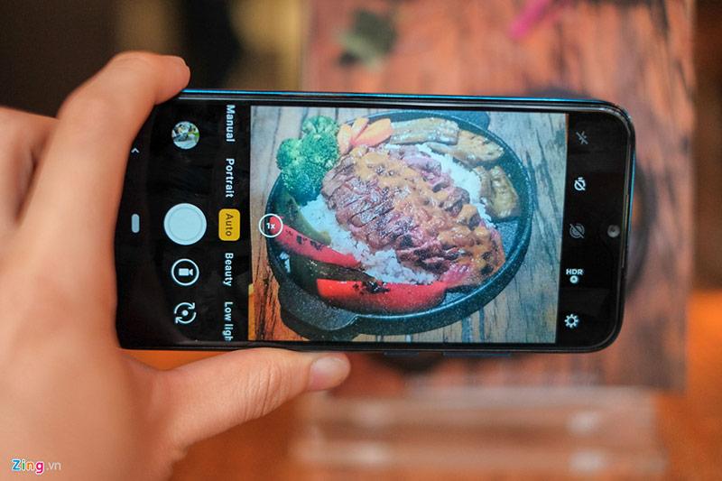 Phần mềm chụp ảnh của máy được tích hợp thêm một số chế độ như chụp tối (low light), phơi sáng trong chế độ chỉnh tay hay tạo sticker bằng AR. Trải nghiệm thực tế cho thấy máy lưu ảnh hơi chậm, có thể do hạn chế về tốc độ xử lý. Giao diện chụp đơn giản, dễ dùng và gần giống với iPhone.